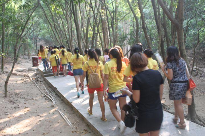 福永化妆学校师生开始登山